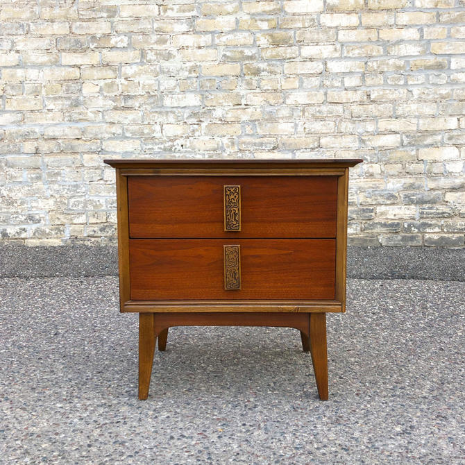 Bassett Mayan 2-drawer Nightstand
