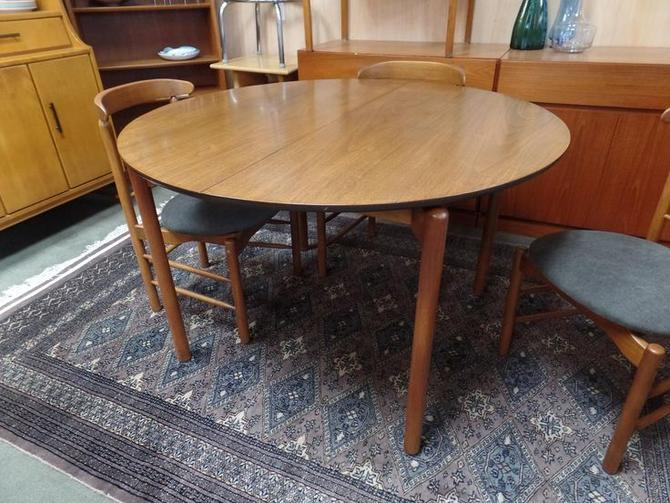 Danish Modern round ding table with one leaf