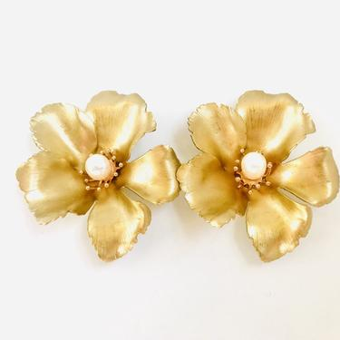 The Pink Reef XL golden flower stud with pearl
