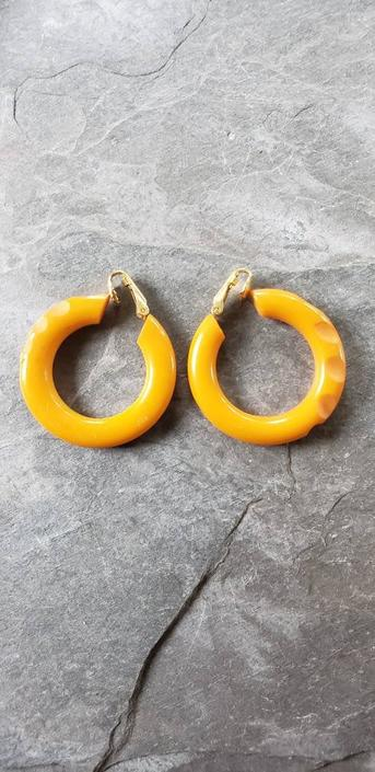 1940s Bakelite Hoop Earrings Clip-On Notched Carved / 40s Butterscotch Yellow Brown Jewelry Earrings / Marley by RareJuleVintage