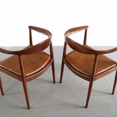 Hans Wegner Danish Modern Round Chairs in Oak (A Set of 2), Denmark by ABTModern
