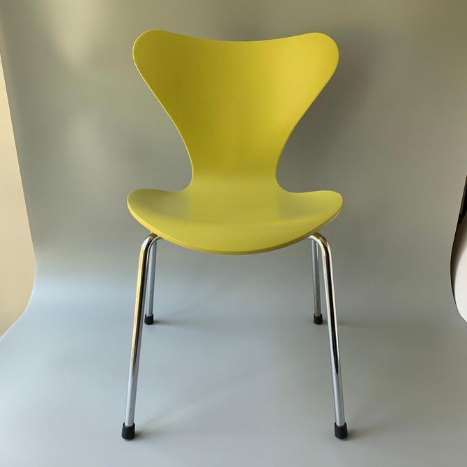 Arne Jacobsen Child's Series 7 Chair Fritz Hansen by HomeAnthology