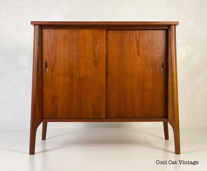 Vintage Media / Record Cabinet in Walnut, Circa 1960s - *Please see notes on shipping before you purchase. by CoolCatVintagePA