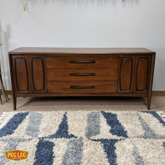 Mid-Century Modern walnut 9-drawer dresser from the 'Emphasis' collection by Broyhill