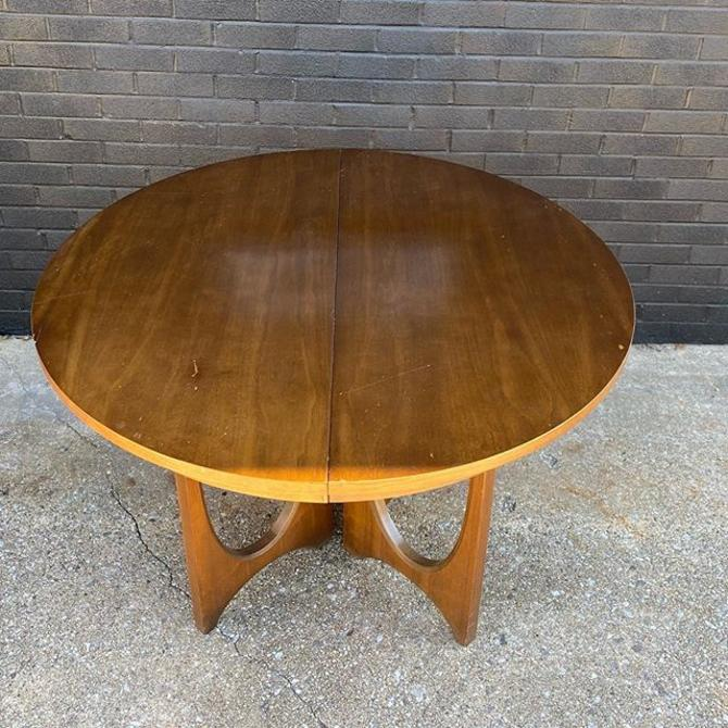 """Mid Century Broyhill Brasilia round dining table, with four dining chairs. 44"""" diameter x 31"""" heigh (leaf adds 18"""" L)"""