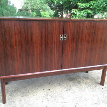 Danish Modern Rosewood Compact Credenza by Arne Vodder for Sibast by DanishGarage