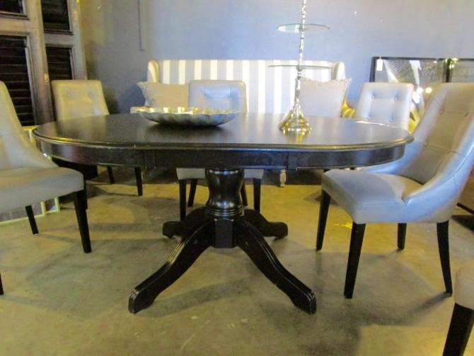 OVAL DINING TABLE IN BLACK FINISH