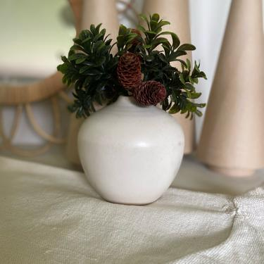 Ceramic modern decorative vase | dry flower vase | cottage core vase | white minimal vase | Table decoration by PeoplewillStare