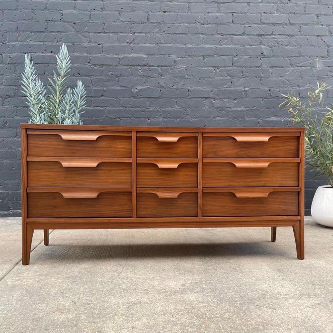 Mid-Century Modern Walnut 9-Drawer Dresser by Johnson Furniture, c.1960's by VintageSupplyLA