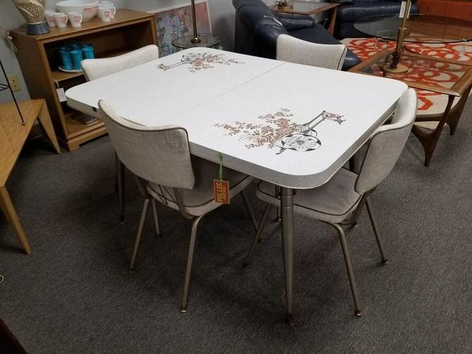 Mid-Century Kitchen set with four chairs and one leaf