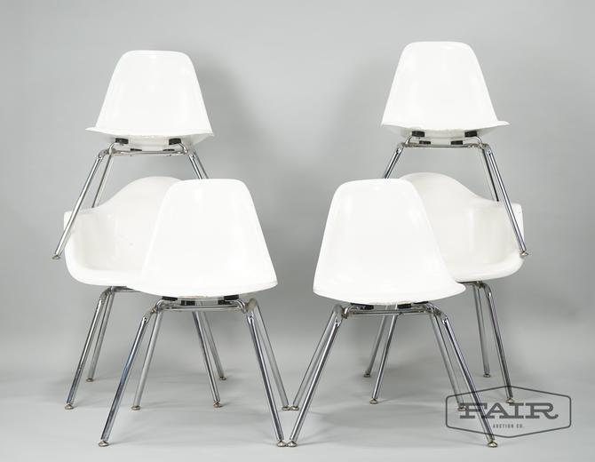 Set of 6 White Molded Chairs with Metal Legs