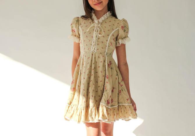 Vintage 70s Girls Tan Floral Print Prairie Poof Shoulder Corset Dress w/ Crochet Lace | Gunne Sax Style, Western | 1970s Boho Kids Dress by TheVault1969