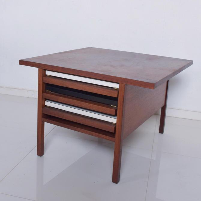 JOHN KEAL Brown Saltman Compact Coffee Nesting Table Set TV Trays Walnut 1960s by AMBIANIC
