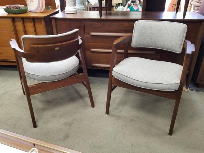 Fine Pair Of Mid Century Modern Armchairs With Floating Backs By Gunlocke Ocoug Best Dining Table And Chair Ideas Images Ocougorg