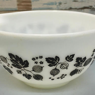 Pyrex Black On White Gooseberry 441- 1 1/2pt. Cinderella Bowl by JoyfulHeartReclaimed