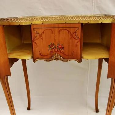 Beautiful Pair of French Nightstand/End Tables with Inlaid
