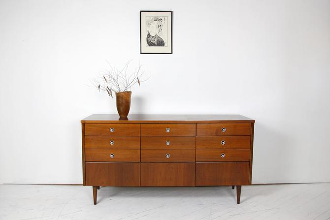 Vintage mcm 9 drawer dresser by Bassett Furniture REFINISHED | Free delivery in NYC and Central Hudson areas by OmasaProjects