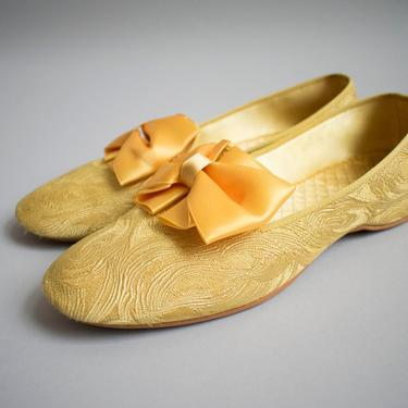 Vintage 1960s Slippers / Daniel Green Slippers / Gold Slippers with bow / Marie Antoinette Shoes / 60s Mod Slippers / Gold Slip Ons by milkandice