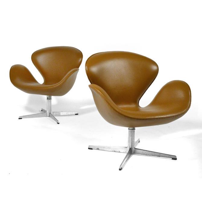 Arne Jacobsen Pair of Swan Chairs by Fritz Hansen