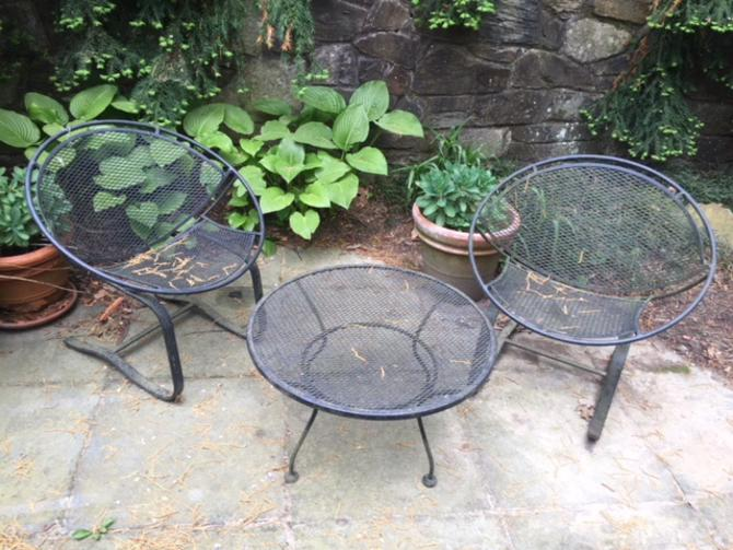 MAURIZIO TEMPESTINI SALTERINI. Set of two cantilever cast iron patio clam chairs and coffee table