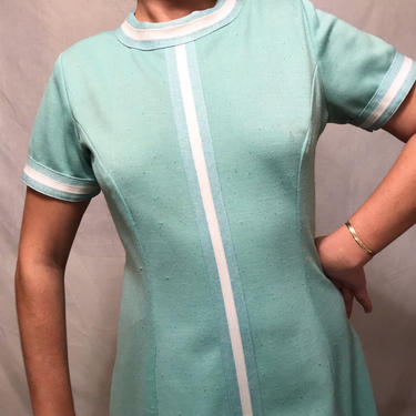 1960s Sea Green Mod Short-Sleeve Shift Dress w/White Stripe Trim Detail    Polyester    A-Line    Size XL by CelosaVintage