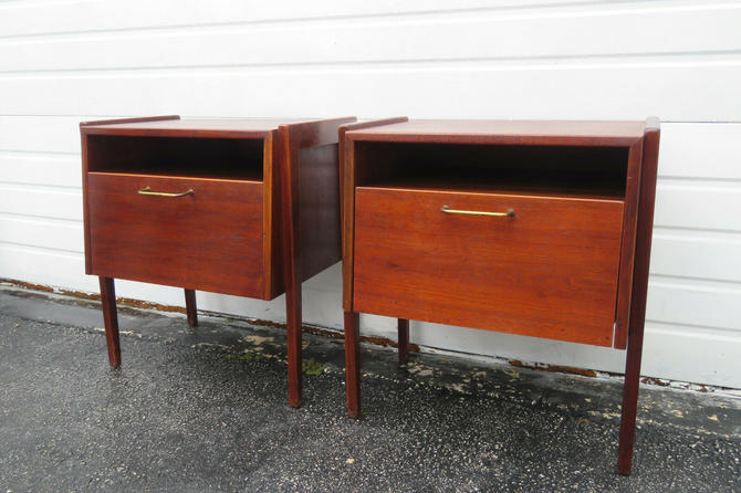 Mid Century Modern Pair of Nightstands Side End Tables 1379