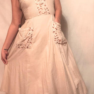 1940s Cotton Beige Embroidered Sundress w/Front Pockets and Circle Skirt    Side Zip    Sweetheart Neckline    Lightweight    Size S/M by CelosaVintage