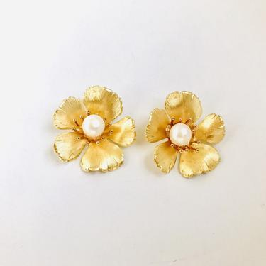 The Pink Reef small golden flower stud with pearl