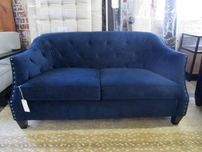 TUFTED LOVE SEAT WITH NAIL HEADS IN NAVY/DEEP BLUE