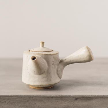 Ayame Bullock Cream Teapot, Gold Clay