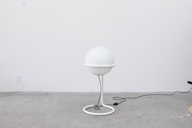 70's RAAK STYLE GLOBE FLOOR LAMP WITH WHITE ENAMELED METAL FRAME