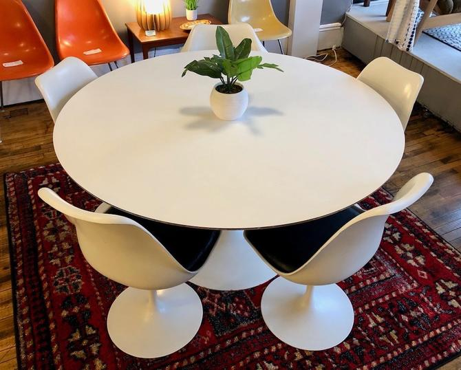Vintage Saarinen Tulip Table and Chairs for KNOLL 54″