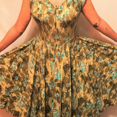 Spectacular 1950s Green Floral Cotton Novelty Print Dress    Form-Fitting Bodice    Sweetheart Neckline    Rockabilly/Pin-Up    Size S/M by CelosaVintage