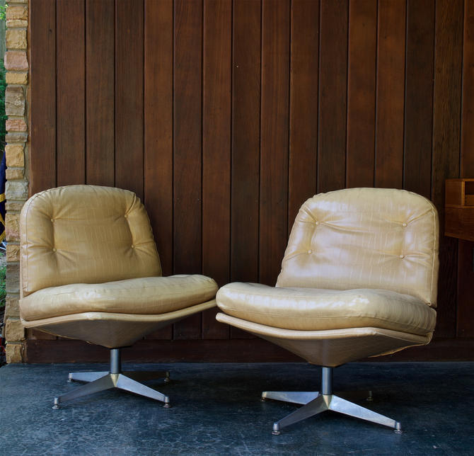 1960s Tan Alligator Low Swivel Lounge Chairs Vintage Mid-Century Modern Attributed to Milo Baughman by BrainWashington