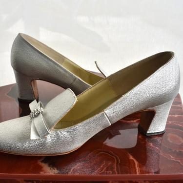 Late 60s/70s Silver Mod Court Shoes with Bow and Rhinestone Embellishments by Footflairs Size 7 by LavenderJosephine