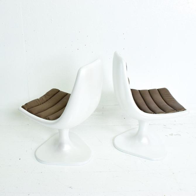Sculptural Atomic Mid Century Modern Pair of Side Chairs in Fiberglass by AMBIANIC