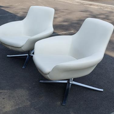 38876836 - PR. WHT SWIVEL LEATHER STYLE CHAIR  - COALESSE - FURNITURE - LOUNGE CHAIR
