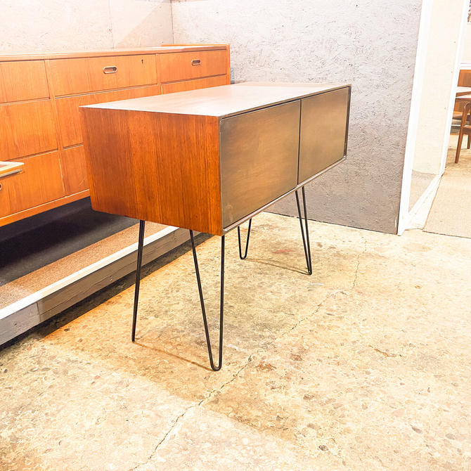 Storage cabinet with hairpin legs