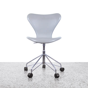 Arne Jacobsen Model 3117 Series 7 Fully Upholstered Desk Chair in Grey Leather by JefferyStuart