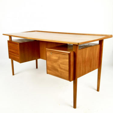 Floating Top Desk by Lovig