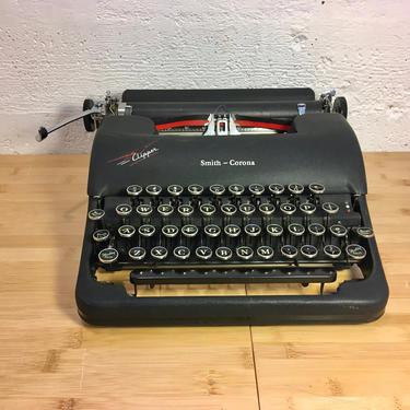 Black 1947 Smith-Corona 4C Clipper Portable Speedline Typewriter, Case, New Ribbon by Deco2Go