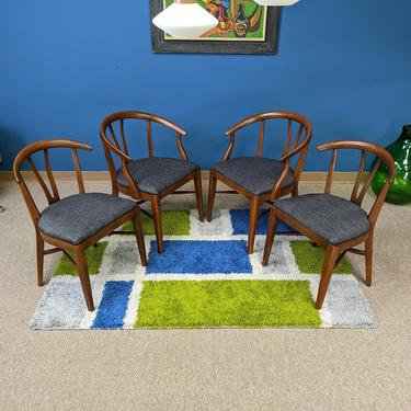 Set of 4 Mid-Century Modern walnut dining chairs in the style of Hans Wegner