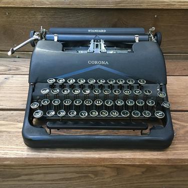 Black 1939 Corona Standard 4-Bank Portable Speedline 2C Typewriter, Case, 2 Ribbons by Deco2Go