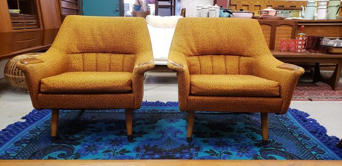 Orange Atomic Mid-century Modern Pair of Chairs