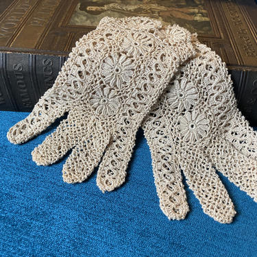 Crochet Lace Gloves Daisy Pattern by RavenPearVintage