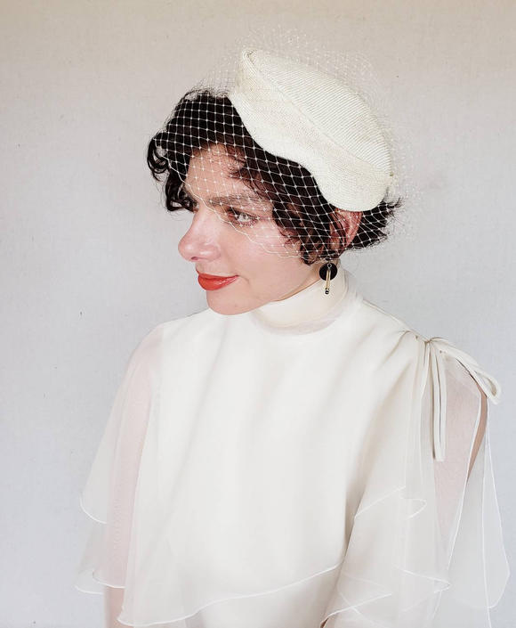 4e54fff5498b0 1950s White Straw Pillbox Hat Scalloped Edge   50s Wedding Bridal Headpiece  White Beanie Hat with