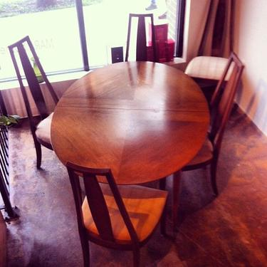 SOLD - Vintage Henredon Dining Set - 6 chairs and oval table with 2 leaves. Very good condition.