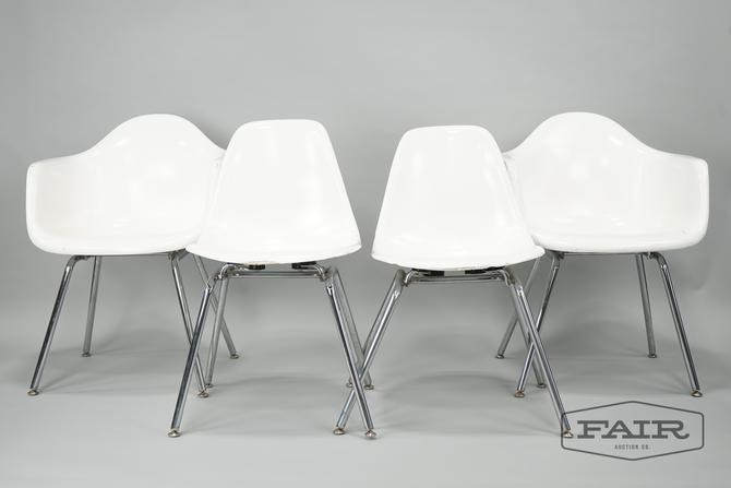 Set of 4 White Molded Chairs with Metal Legs
